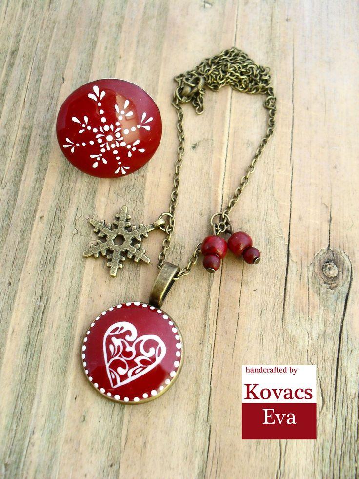 Sötét piros porcelán gyűrű és nyaklánc fehér téli mintával. Dark red porcelain ring and necklace with white winter pattern,snowflake and heart.