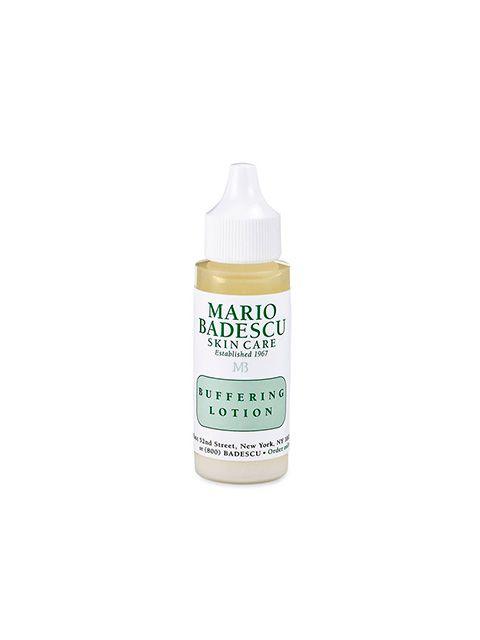 Mario Badescu Buffering Lotion er et acne-middel der effektivt behandler og forebygger bumser og dybe cystiske acne-udbrud. Serummet virker helende på huden, takket være naturligt udvundet biotin og har yderligere en beroligende effekt på inflammation i huden. Alle som lider af moderat eller svær acne, bør bruge dette middel som både forhindrer og forkorter bumsens levetid.  Anvendelse:  Efter rens og toning, rystes flasken godt og dup lotionen på med en vatpind, på de områder af ansigtet…