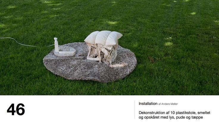 Installation af Anders Møller - Dekonstruktion af 10 plastikstole, smeltet og opskåret med lys, pude og tæppe
