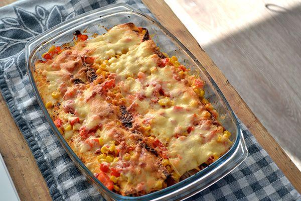 Enchiladas met kip || oven || tortillawraps, kipfilet, tomatenblokjes, rode ui, cherrytomaatjes, knoflook, mais, paprika, geraspte kaas, cajun kruiden, olijfolie, peper en zout