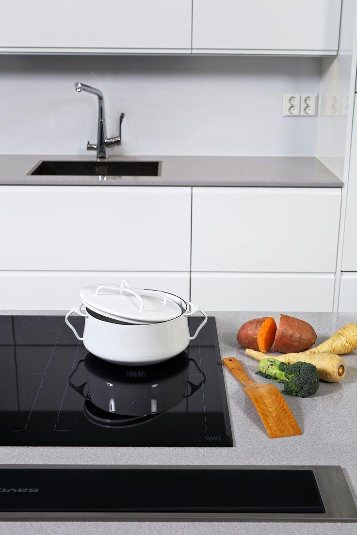 House2 keittiö - kitchen Ovi: Viola puhdas valkea kiiltävä Taso: Harmaa kivitaso