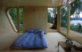 En lidt mere utraditionel måde at bruge krydsfinér på. Alle de indvendige overflader er beklædt med finér af birketræ. Det giver et flot ensartet og lyst rum. Fordelen ved finér er, at den kan bøjes og bukkes i alle tænkelige former, som det også kan ses til venstre i billedet. Arkitekt Todd Saunders.
