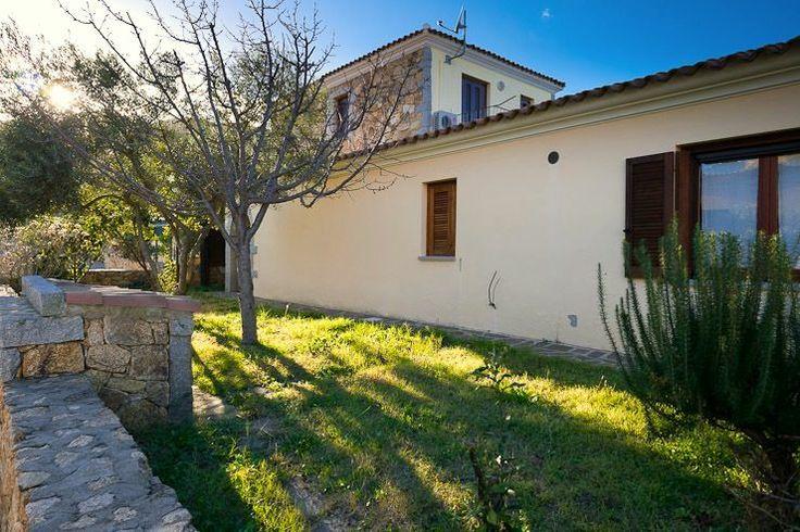 Villetta caposchiera in vendita a San Teodoro. Ampio giardino, spaziosa, particolari in pietra e granito a vista. Ottima.