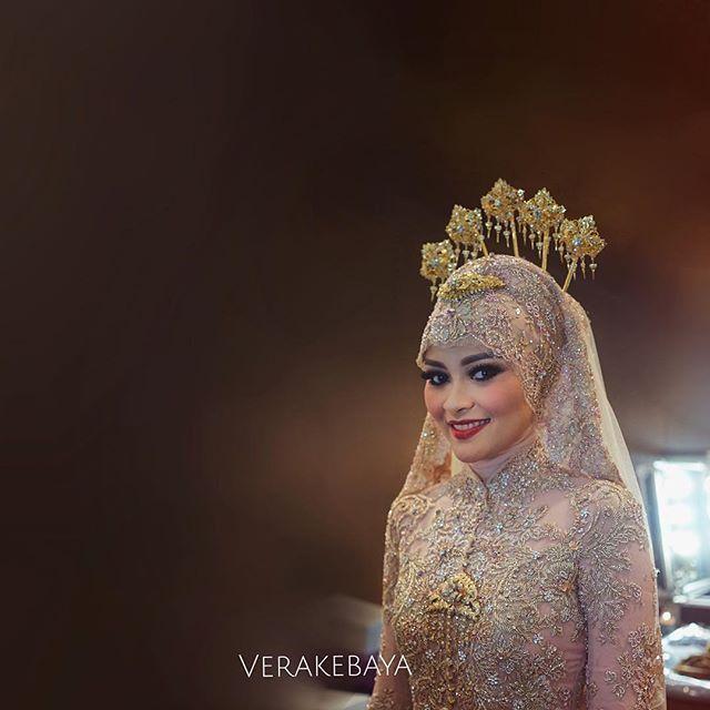 Instagram media by verakebaya - @annisalarasati 's #weddingday #suntingseries Makeup by @adiadrian_ds Adat by @mamiehardo Dress by Me ___ #weddingday #weddinggown #hijab #hijabers #weddinghijab #kebaya #pengantin #perkawinan