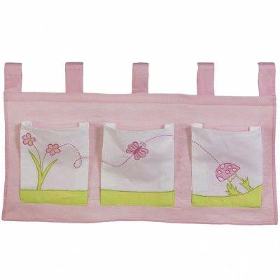 Contre un mur ou fixé sur le lit, ce vide poche Rêve d'été rose est idéal pour ranger et décorer la chambre de bébé.