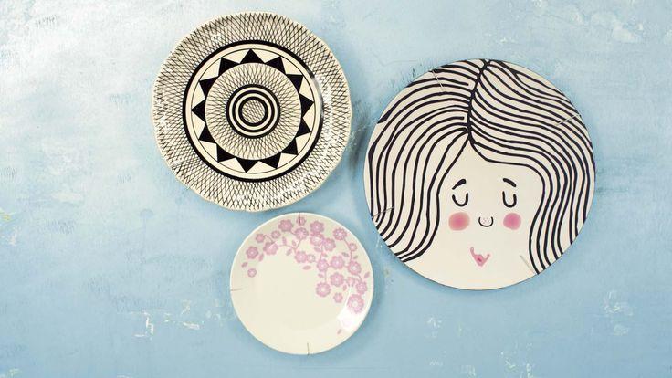 Hup, bordjes van tafel en aan de muur! Dat is nog eens op een creatieve manier een wand versieren. Maar als je wilt voorkomen dat ze er direct weer afvallen, heb je speciale hangers nodig. Echte bordenhangers nog wel. Die heb je vast niet in huis. Wat iedereen wél in huis heeft, biedt een goed alternatief.