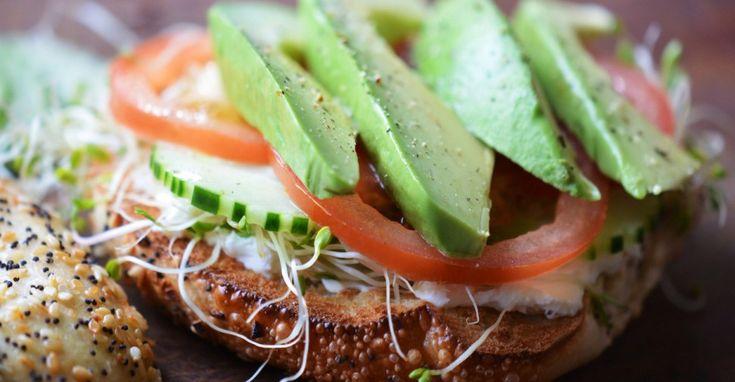 Genoeg redenen om nog vaker avocado's te kopen dus, want deze creatieve recepten zijn te lekker om niet te maken! 1. Avocado-ijs. Seriously? Yep: het groene goud is ook héél erg lekker in de vorm van een ijsje.  2. Avocado-mangosmoothie. Tropisch fruit en avocado zijn een prima combinatie. Kom alvast een beetje in de […]