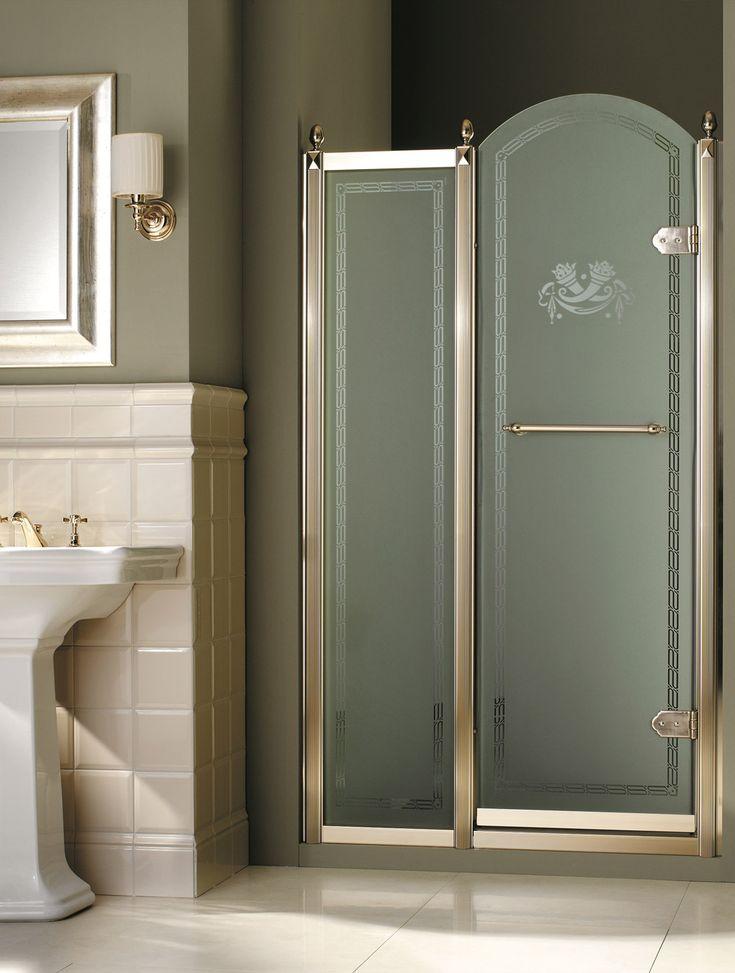 Box doccia Savoy K Devon&Devon Box doccia ad angolo realizzato in vetro satinato decorato e formato da un lato fisso e da una porta a battente, con profili in finitura oro chiaro. Disponibile anche nelle versioni in vetro trasparente o satinato con profili cromo.