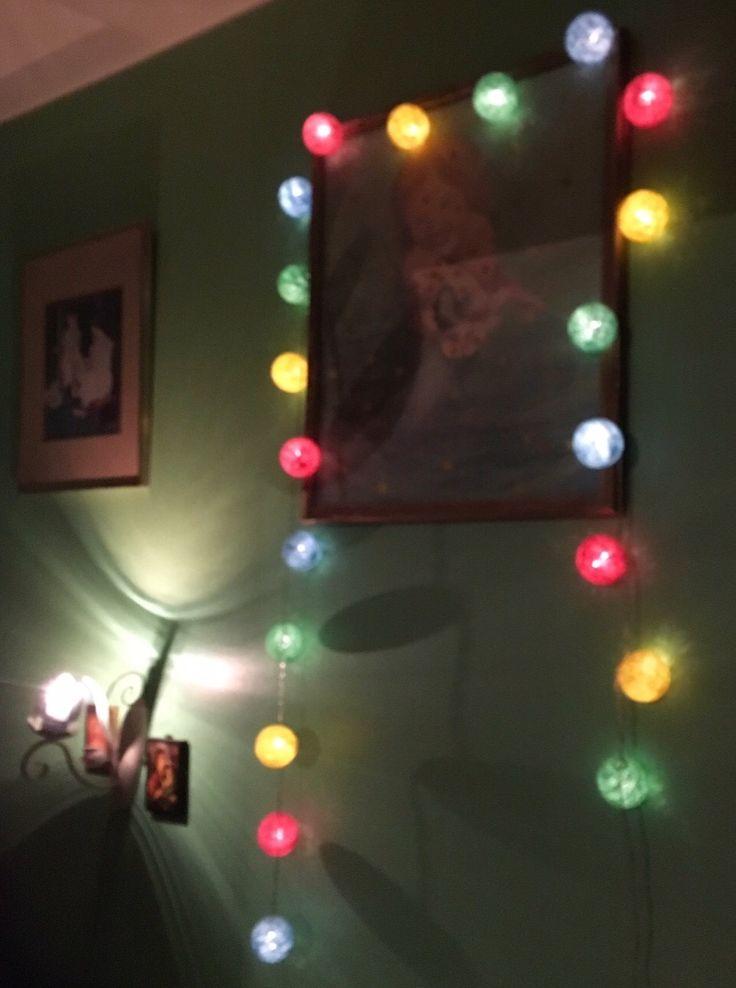 これはあなたの寝室を飾るかわいい方法です。 This is a fun way to decorate a bedroom.