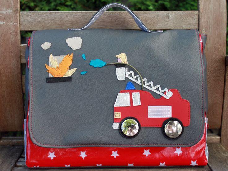 Un cartable pompier pour l'entrée en maternelle de mon grand. Un appliqué en cuir dont la création est détaillée dans le blog.