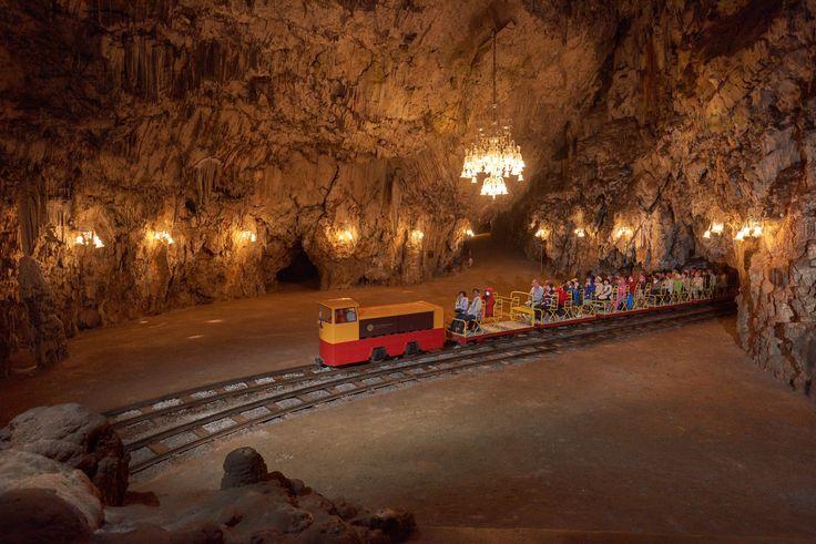 Одна из самых красивых пещер в мире - Постойнская пещера. В 1872 году в пещере были проложены железнодорожные пути, а в 1884 году проведено электричество. И поэтому сегодня вы сможете отправиться на осмотр пещеры на миниатюрном поезде 🚂