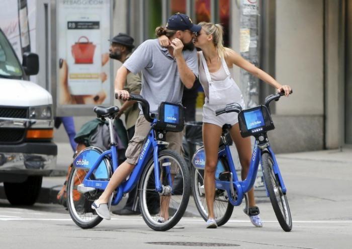 #интересное  Леонардо Ди Каприо с новой подругой прокатились по Нью-Йорку (7 фото)   Леонардо Ди Каприо (40) и его новая подруга модель Келли Рорбах (24) были сняты папарацци, когда они катались на велосипедах и целовались на шестой Авеню в Нью-Йорке.       далее по ссы