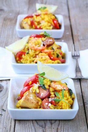 Jambalaya är ett saffransris med kyckling, räkor och kryddig korv. Servera med en god grönsallad.