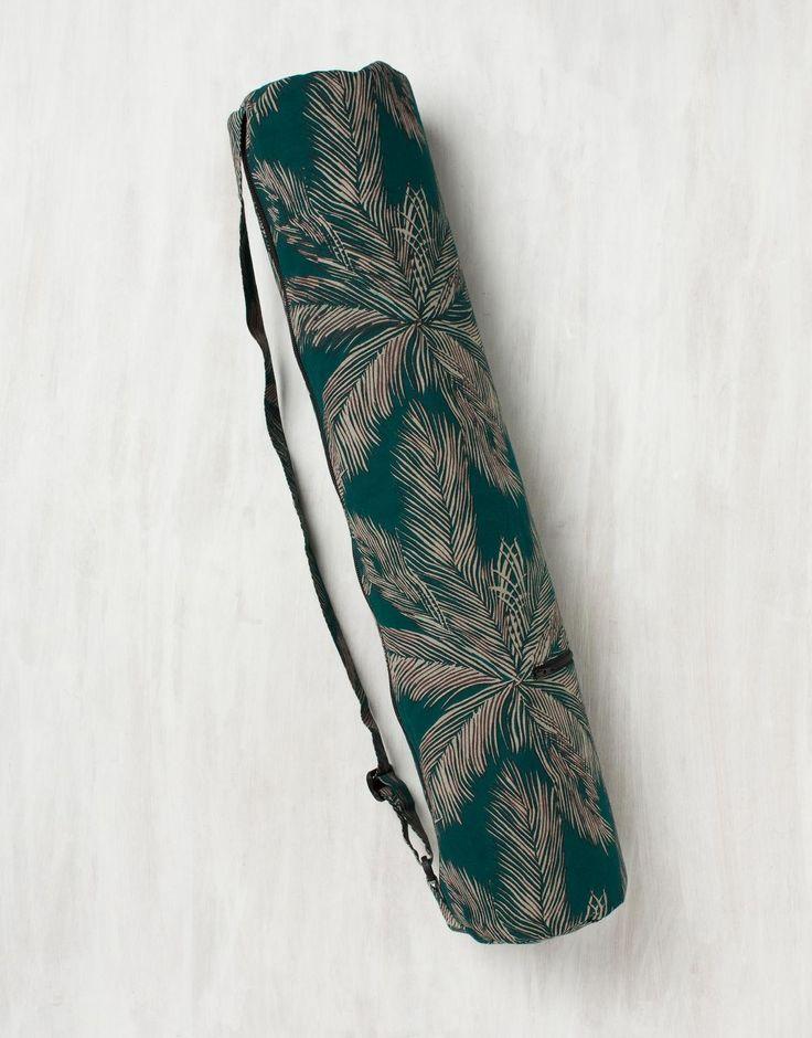 Yogaväska för smidig transport av din yogamatta. På ovansidan finns en ficka för förvaring av mindre föremål. På baksidan av yogaväskan finns en lång dragkedja som gör det möjligt att öppna hela väskan för smidig hantering av mattan vid i- och uttagning.