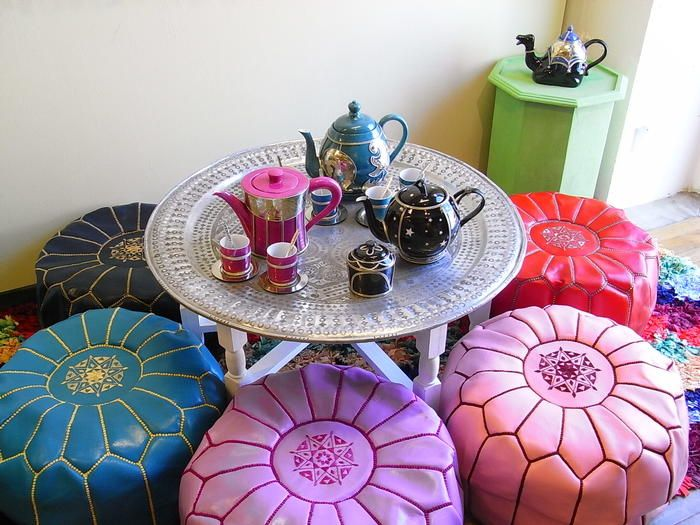 """こちらは、フランス文化の影響を受けて洗練された""""フレンチモロッコ・スタイル""""。モロッカンスタイルより、ヨーロピアンな風が入る分、モダンな雰囲気が味わえます。  色とりどりのプフで小さなテーブルを囲むと、まるでお花みたい!このアイデアは、日本のインテリアからは出てきませんよね?その日の気分によって、座るプフを変えてみたりして、、、すごく心惹かれます。"""