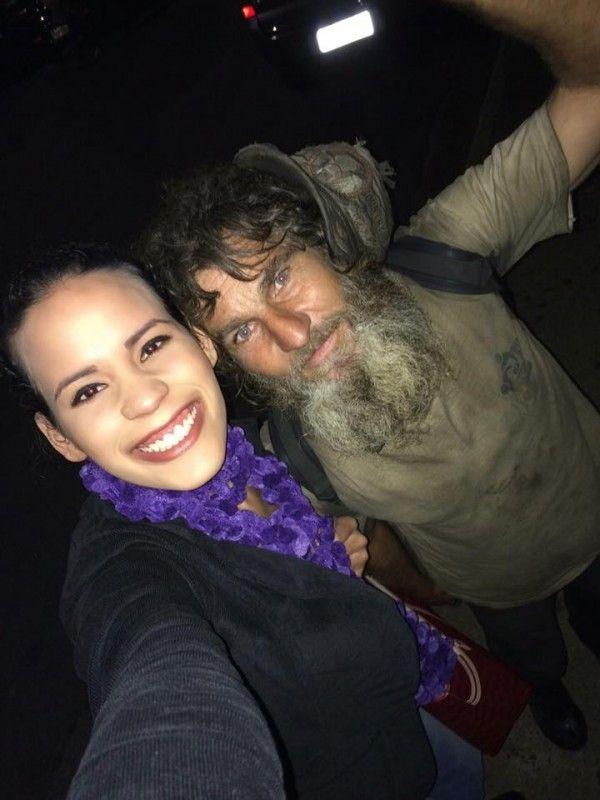 Der Obdachlose fragt die 24-Jährige nachts nach Geld. Was er ihr 1 Minute später stattdessen anbietet, macht sie sprachlos.