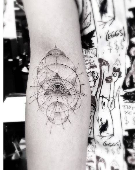 Ojo de la providencia geométrica de estilo fine-line. Artista tatuador: Dr. Woo