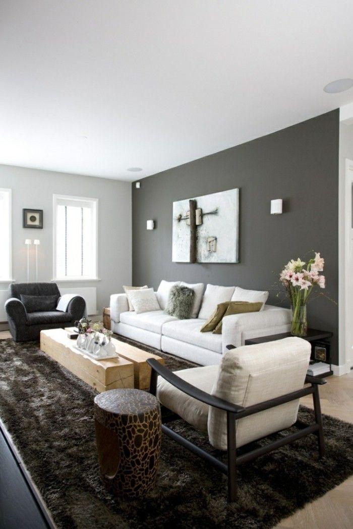 wohnzimmer grau graue akzentwand dunkler fellteppich blumendeko