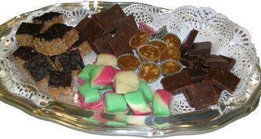 Julgodis  Här finns recept på snickers, fattigmansmarsipan, fudge, apelsin- och chokladmoussetårta och limemousse.