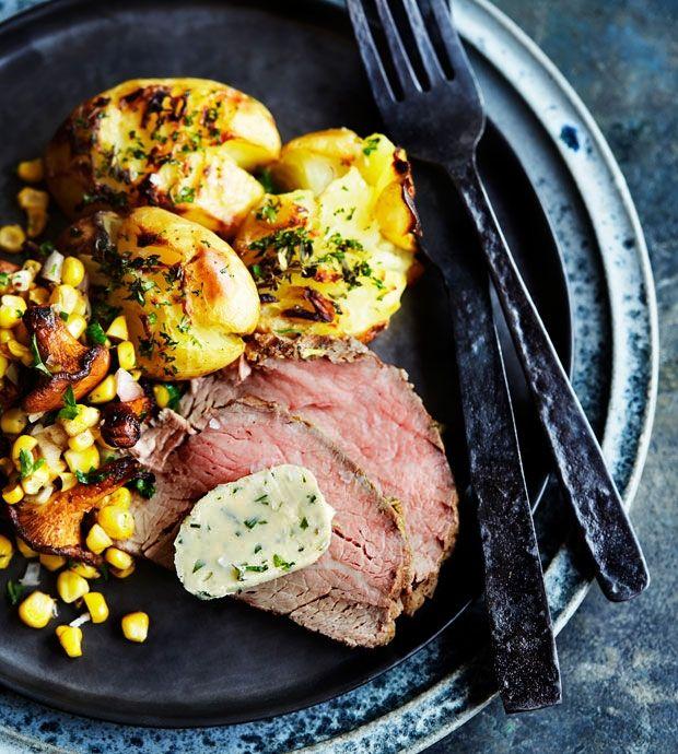 Oksemørbrad med knuste kartofler, ksntareller, majs og sennep.