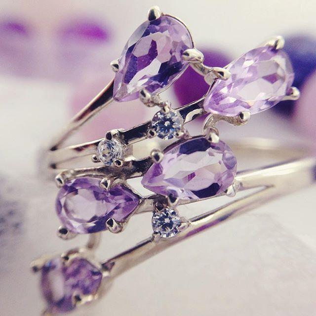 Серебряные кольца с аметистом — идеальное сочетание камня и металла.  Фиолетовое великолепие в холодном блеске металла ‒ так можно описать в нескольких словах серебряное кольцо с аметистом. Этот драгоценный камень привлекает внимание необыкновенными переливами, особенно в вечернем освещении. Он великолепно смотрится на дамах любого возраста, которым идут красно-фиолетовые или синевато-розовые оттенки. Посмотреть: http://www.magicgold.ru/catalog/ring-silver-amethyst/