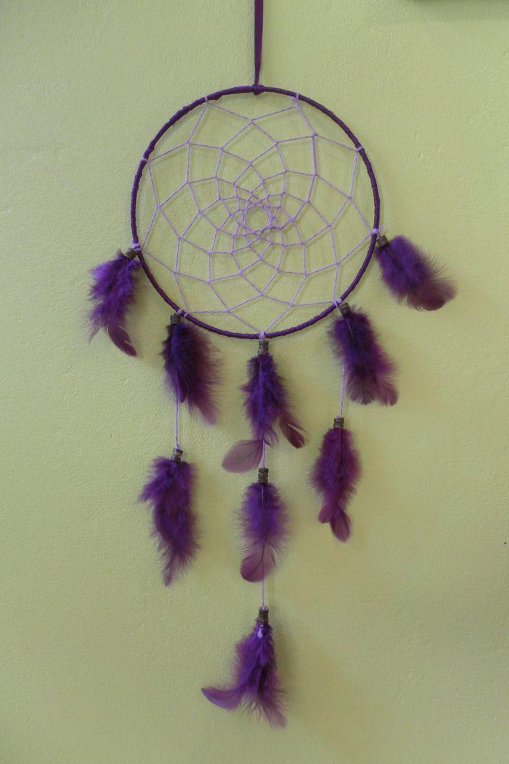 Très joli attrape-rêves fait main fabriqué avec du ruban en satin violet, ficelle en coton et viscose, plumes et perles en bois. A découvrir sur mon site internet.