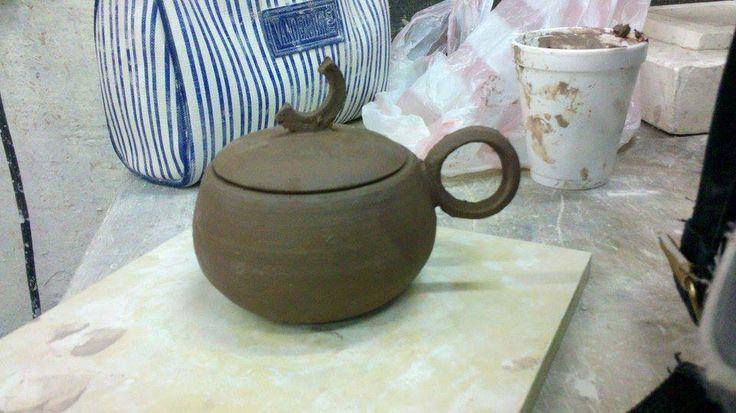 Diseño de taza con tapa. Gres