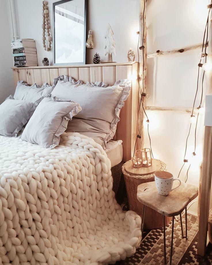 Cozy Dreams! In diesem Schlafzimmer Traum würden wir am liebsten den ganzen Herbst verbringen und uns in das kuschelige Handgefertigtes Woll-Plaid Super Chunky kuscheln. Flauschig perfekt! //Schlafzimmer Bett Plaid Decke Chunky Weiss Grau Beistelltisch Lichterkette Holz Deko Kissen#Schlafzimmer#Bett#Einrichten#Deko#Ideen#SchlafzimmerIdeen #Lichterkette #GuteNacht @kadr.life