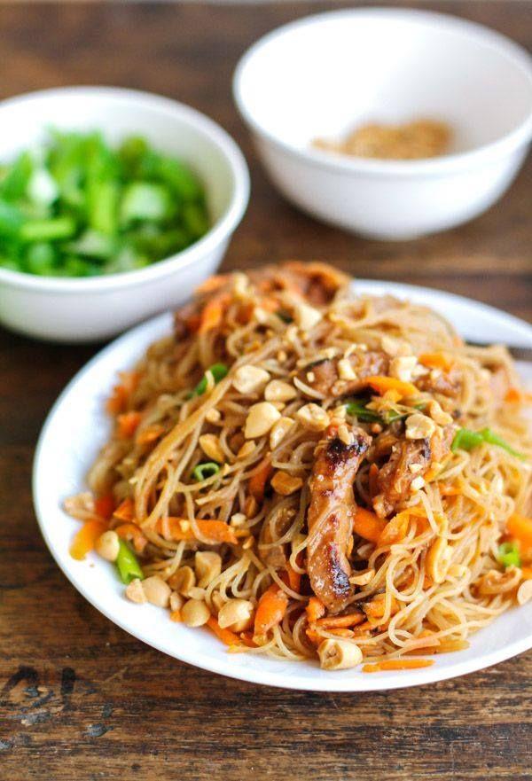 Un piatto che mette d'accordo tutti: #spaghetti di #riso serviti con striscioline di #maiale, carote grattugiate, scalogno, #anacardi tritate, coriandolo, #salsa di #soia, #zenzero fresco e peperoncino.  #kikkoman #recipe