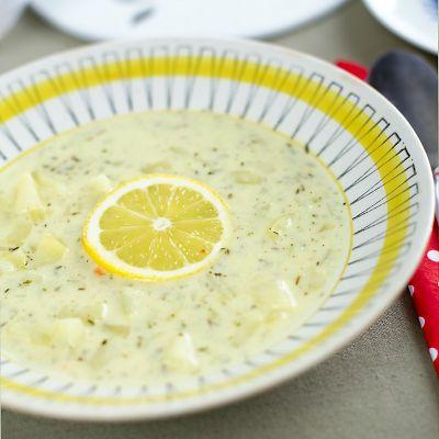 """Att jag gillar citron i mat, är inget jag hymlar med. Jag skulle kunna ha citron i all mat, utom möjligen havregrynsgröt (om det nu räknas som mat). Ett recept som har """"citron"""" i namnet bokmärks därför rakt av, alltid. Den här potatissoppan med citron och timjan har jag suktat efter sedan jag såg den [...]"""