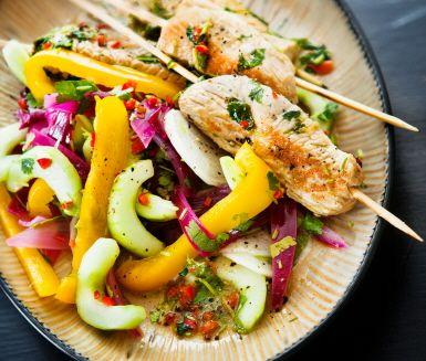 Recept: Kalkonfilé på spett med koriander och picklade grönsaker