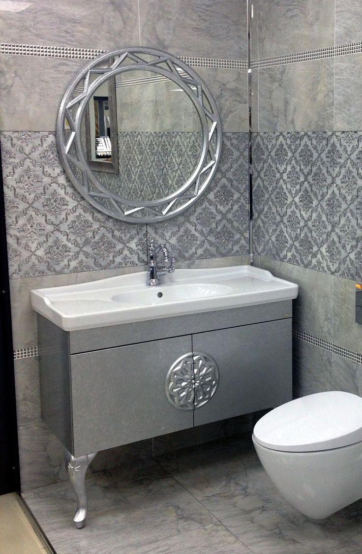Silberner Runder Spiegel Und Schwarz Lackierter Badezimmerschrank