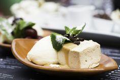 Bastogneparfait met een druppie karamelsaus ✻ Voor 8 personen Ingrediënten ✻ Bastogneparfait 40 gram eierdooiers (gepasteuriseerd) 45 gram hele eieren (gepasteuriseerd) 100 gram suiker 2,5 dl slagroom (ongezoet) 4 bastognekoeken Karamelsaus 100 gram suiker 2 dl koksroom Instructies ✻ Bereidingswijze bastogne parfait Slagroom opkloppen tot yoghurt dikte. De eidooiers, hele eieren en suiker in een..