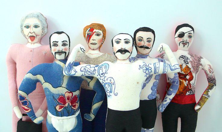 Tattooed Doll, Poupées Tatouées, Circus Doll, Bowie, La Reine d'Angleterre, des personnages de cirque, et un pirate, Poupées peintes et dessinées aux feutres textiles, vêtements en tissus vinages, et anciens, certains personnages sont entièrement dessinés sur le devant, dos en tissu à motifs - Un Radis m'a dit - Boutique https://www.alittlemarket.com/boutique/un_radis_m_a_dit-815807.html