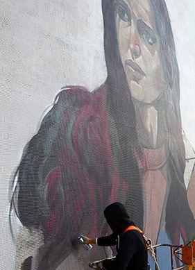 İstanbul sokak sanatı rayından çıkmış bir tren süratinde gelişiyor. Şehir de çoktan bu değişime ayak uydurdu desek yeridir. İstanbul'un dikkat çeken sokak sanatçıları ile bu değişim üzerine konuştuk.