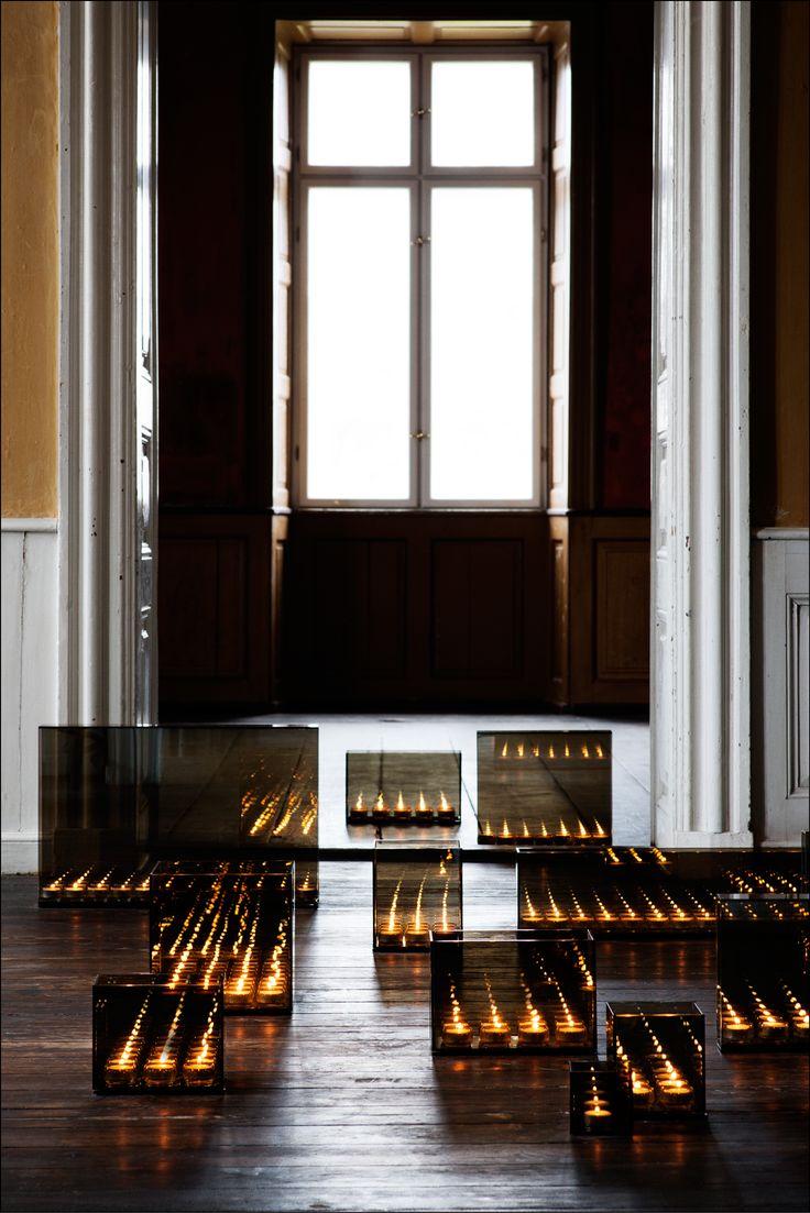 Endless er fremstillet i røgfarvet glas med spejleffekt. Sæt fyrfadslys i stagen og du får en fantastisk effekt af uendeligt lys. Spejleffekten i lysestagen kaster lyset frem og tilbage – i en evighed. Lysskæret ud i rummet er helt unikt.