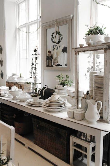 biała kuchnia w wiejskim klimacie,rustykalna kuchnia,kuchnia w stylu vintage,aranzacja bialej kuchni,francuska porcena w kuchni,białe astawy kuchenne,kosze z naturalnych materiałów