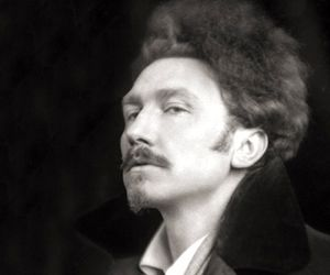 a biography of ezra pound an expatriate american poet and critic Ezra weston loomis pound (october 30, 1885 – november 1, 1972) was an american expatriate poet, critic and intellectual who was a major figure of the modernist movement in the first half of the 20th century.