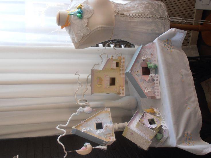 Zelfgemaakte vogelhuisjes van karton