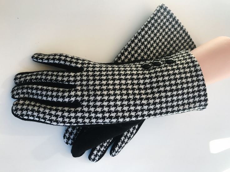 Womens Winter Fashion Black And White Touch Screen Outdoor Warm Gloves #gloves #womensgloves #wintergloves #classygloves #fashion #winteraccessories #fashionaccessories #accessories