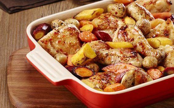 Κοτόπουλο με μελωμένες πατάτες και καρότα στη γάστρα