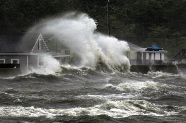 25 Scary Reminders of what a Haunting Hurricane can do to the Northeast http://www.buzzfeed.com/mjs538/25-scary-reminders-of-what-a-hurricane-can-do-to-t#
