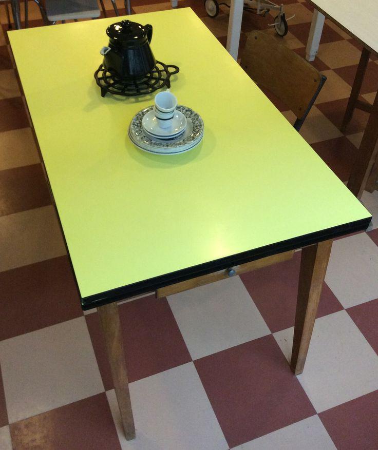 puurunkoinen Iki-levy / Formica pintainen ruokapöytä 60 luvulta . jatkettav malli . korkeus 74cm . leveys 122/206cm . syvyys 70cm . jalkojen välinen etäisyys pöydän päässä 54cm . @kooPernu