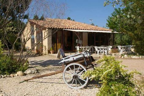 Messidor ligt in het hart van de Provence op 15 km. van Aix-en-Provence, tegenover het natuurpark van de Luberon. U heeft uitzicht over de vallei van de Durance. Dichtbij Messidor vindt u een prachtige ruige natuur en vele Provencaalse markten en natuurlijk de uitgestrekte zonnebloemvelden...
