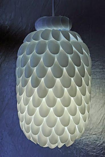 Aprenda a fazer uma luminária ecológica com materiais reutilizados. Você vai usar colheres de plástico para montar, além de um galão de água.
