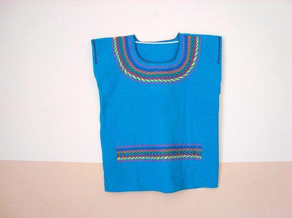 Mexikanisches Kunsthandwerk  Handstickerei und kleine Kette auf Decke.  Geöffnet an den Seiten passen auf jede Frau abgestimmt.  Maße: 55 cm (22) lang x 50 cm (20) breit One Size Medium   Das ist echte mexikanische Volkskunst und verkauft direkt aus Mexiko. Vom frühen vorspanischer Zeit bis heute ist das Huipil Kleidungsstück das häufigste Kleid unter mexikanischen indigenen Frauen. Sowohl die Huipil, wie andere Kleidung, ob weiblich oder männlich, sie werden von Frauen, manchmal mit…