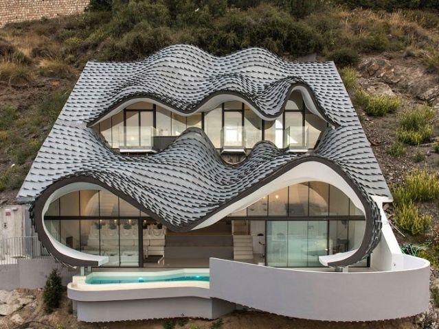 Casa Campos - GilBartolomé Arquitectos - Cette maison à peau de dragon semble un épouvantail destiné à repousser les navigateurs qui s'approcheraient trop près des côtes espagnoles  ==> http://www.zeutch.com/graphik/casa-del-acantilado-by-gilbartolome-architecture-93551