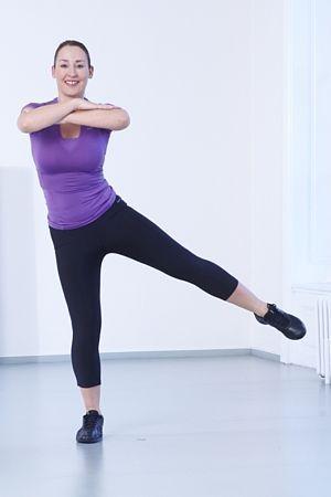*Zadek*  2. Švihy stranou: Postavte se čelem ke zdi, oběma rukama se o ni opřete, váhu přeneste na levou nohu. Pravou nohou švihněte před tělem doleva a na druhou stranu. V nejvyšším bodu švihu by prsty nohou měly směřovat vzhůru.  Náročnější varianta – nedržte se zdi, ale držte ruce zkřížené před tělem. Proveďte 1–3 sady po 10–16 opakováních na každou nohu.