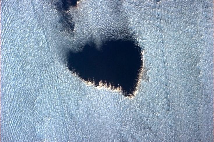 Attivissimo su tutti i social network, da Facebook a Twitter, l'astronauta canadese Chris Hadfield, approdato sulla ISS per la Spedizione 35, posta quasi tutti i giorni immagini straordinarie riprese dallo spazio:d al Grand Canyon ai ghiacci dell'Antartide fino al deserto del Sahara. L'ultimo scatto