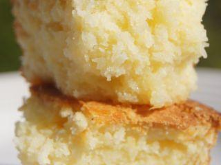 FONDANT A LA NOIX DE COCO (200 g de noix de coco râpée, 250 g de sucre, 250 g de crème fraîche, 30 g de maïzena,  6 œufs)
